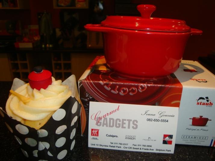 Cupcakes with fondant pot decoration