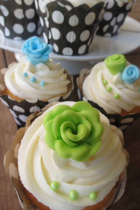 Light Blue & Lime Green Rose Cupcakes